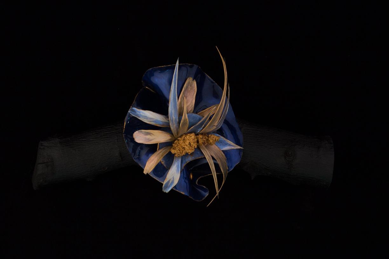 Bracelet, tissus laqué, plumes laquées, pierre de lave dorée