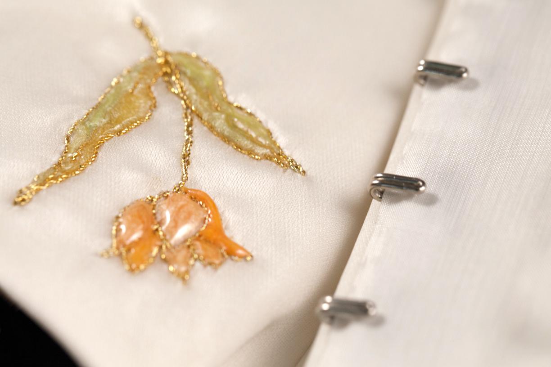 Détail corset de mariage, résine et fil d'or