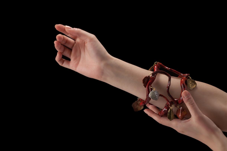 Bracelet, racine de bruyère traitée corail, écailles de pomme de pin laquées