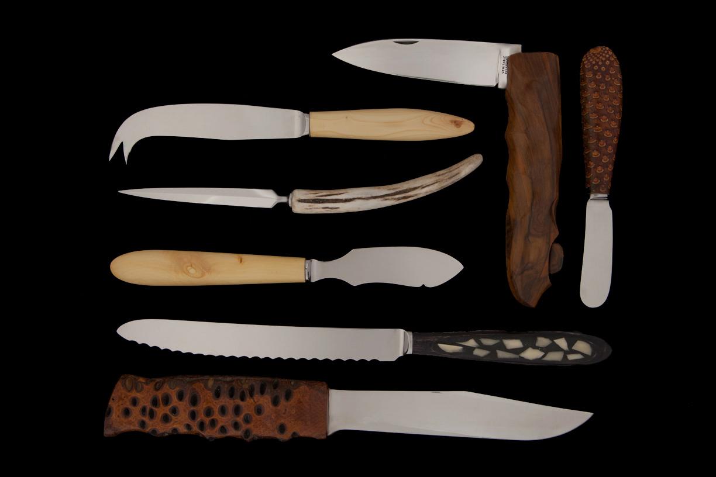 Ensemble de couteaux, lame de Thiers, bois, coeur de pomme de pin, noix de Banksia