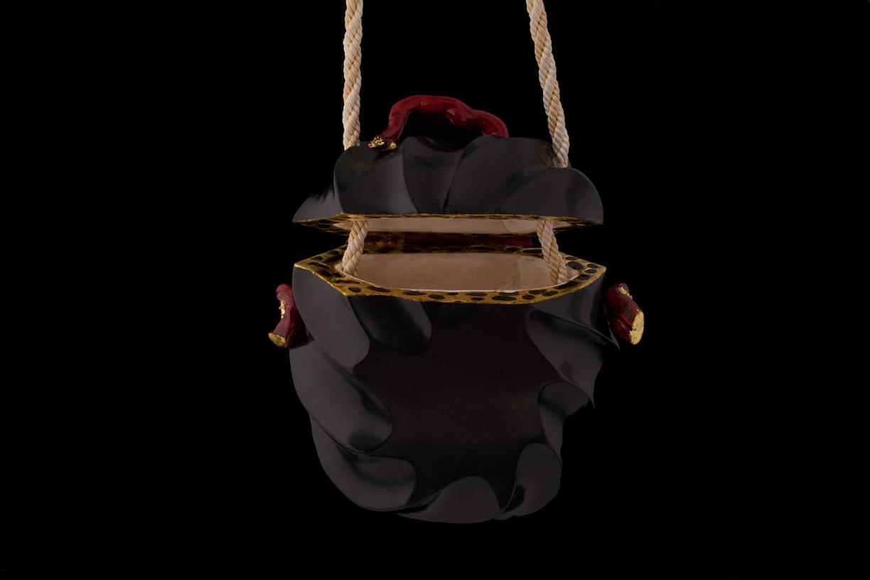 Sac en bois sculpté, vernis noir, racine de bruyère traitée corail, intérieur gainé avec des lamelles de champignon (polypore du bouleau)