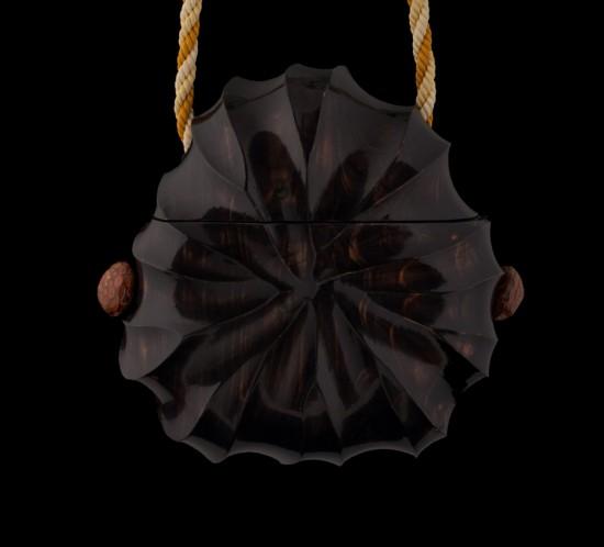sac en cyprès sculpté, vernis noir et boutons en coeur de pomme de pin